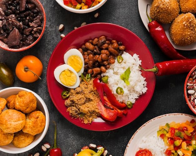 Composição de comida brasileira saborosa Foto Premium