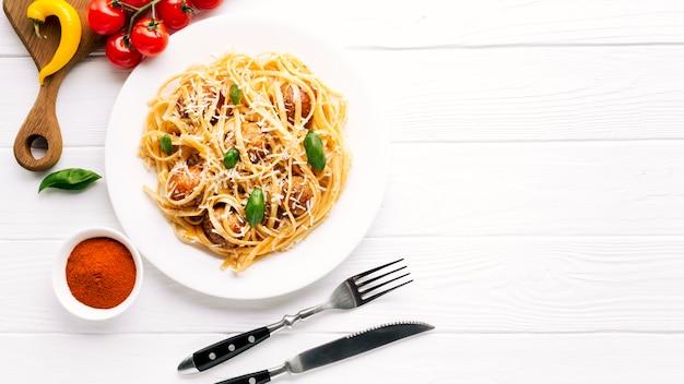 Composição de comida italiana plana leiga com copyspace Foto gratuita