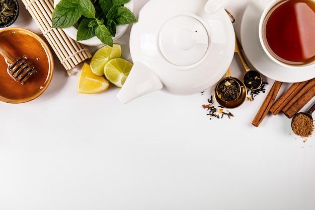 Composição de condimentos e chá Foto gratuita