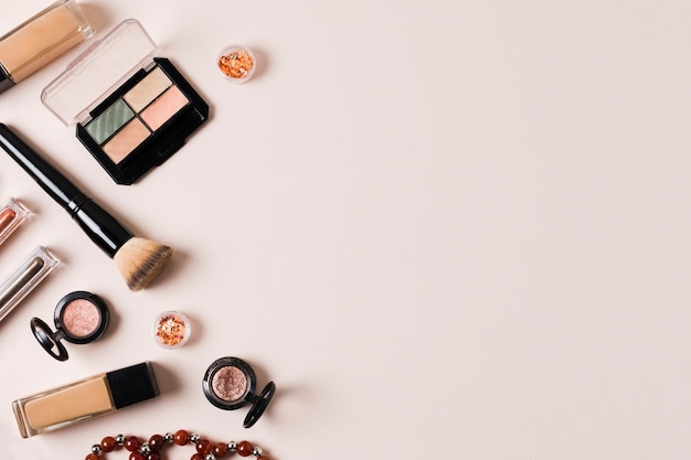 Composição de cosméticos para correção facial Foto gratuita