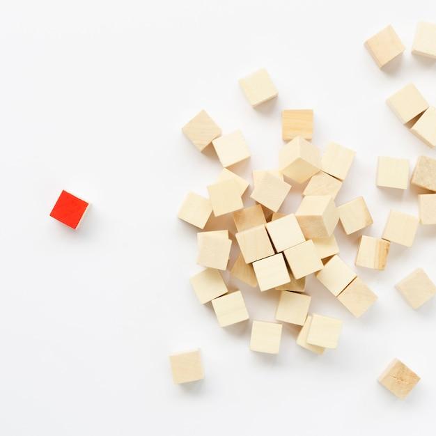 Composição de cubos de madeira no fundo branco Foto gratuita
