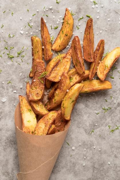 Composição de deliciosas batatas fritas Foto gratuita
