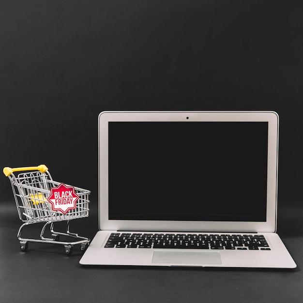 Composição de desconto em sexta-feira negra com laptop Foto gratuita