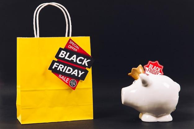 Composição de desconto na sexta feira preta com saco e piggybank Foto gratuita