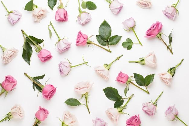 Composição de dia dos namorados de flores. moldura feita de rosa rosa em fundo cinza. camada plana, vista superior, espaço de cópia. Foto Premium