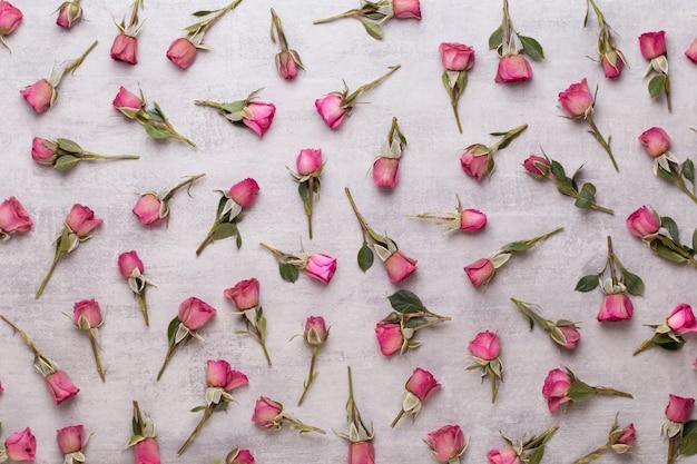 Composição de dia dos namorados de flores. moldura feita de rosa rosa em fundo cinza. Foto Premium