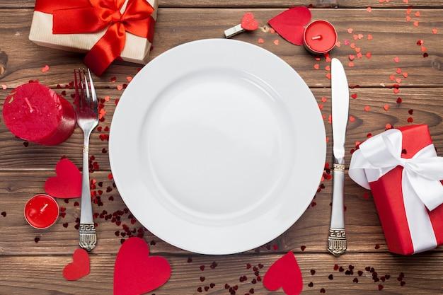 Composição de dia dos namorados na mesa de madeira Foto Premium