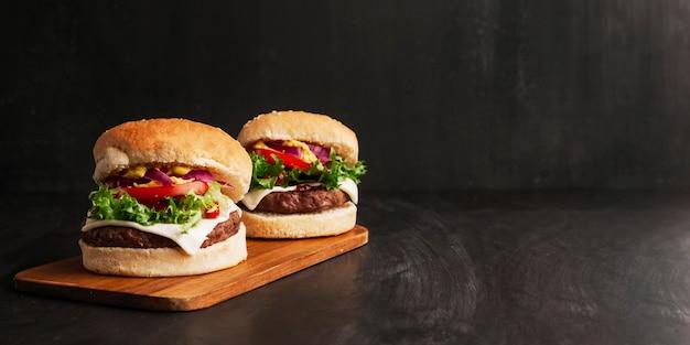Composição de dois hambúrgueres Foto gratuita
