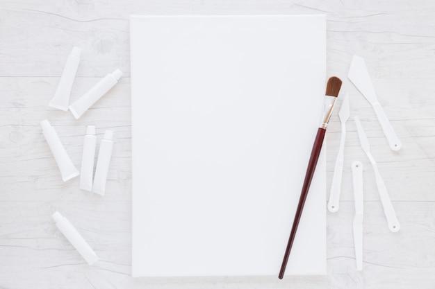Composição de equipamentos profissionais para pintura Foto gratuita