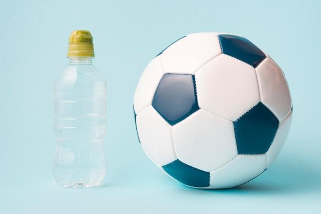 Composição de esporte adorável com futebol Foto gratuita