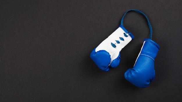 Composição de esporte moderno com luvas de boxe Foto gratuita