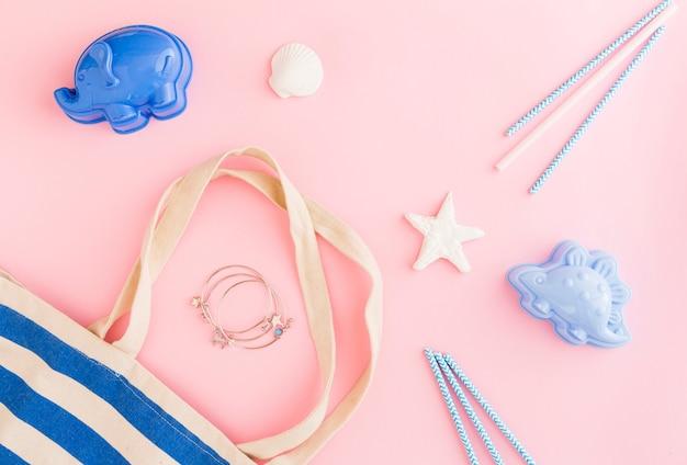 Composição de férias de praia no fundo rosa Foto gratuita