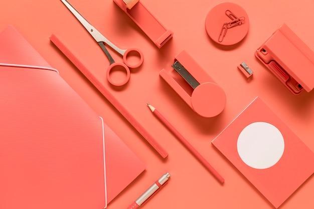 Composição de ferramentas arranjadas escola rosa papelaria Foto gratuita