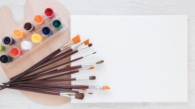 Composição de ferramentas de artistas para pintura Foto gratuita