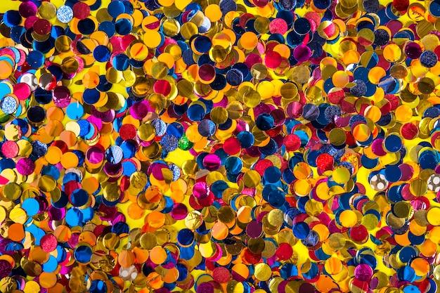 Composição de festa com confetes coloridos Foto gratuita