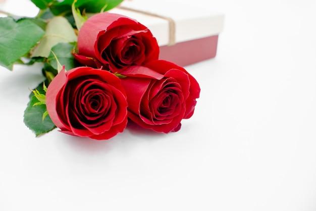 Composição de flores com caixa de presente Foto Premium