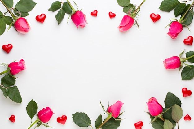 Composição de flores. moldura feita de rosa vermelha em branco. Foto Premium