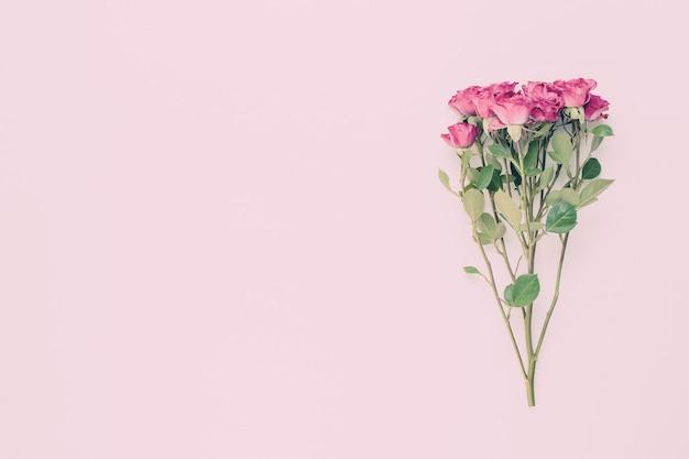 Composição de flores. moldura feita de rosa vermelha em madeira branca. Foto Premium