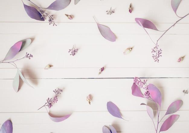 Composição de flores. teste padrão feito de flores e de ramos cor-de-rosa do eucalipto na vista branca, superior. Foto Premium