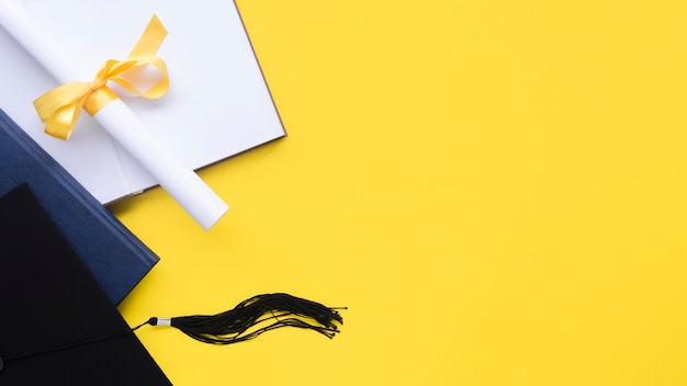Composição de formatura festivo em fundo amarelo com espaço de cópia Foto gratuita