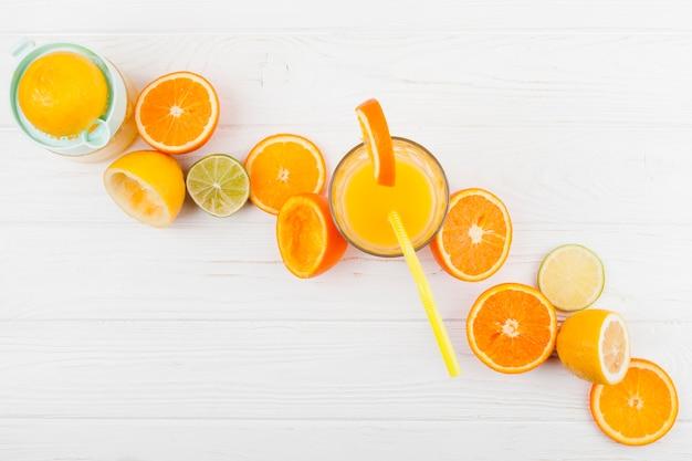 Composição de frutas cítricas e suco Foto gratuita