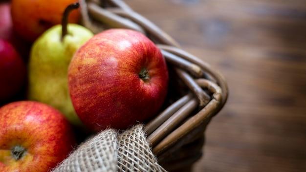 Composição de frutas frescas outonais com close-up do espaço da cópia Foto gratuita