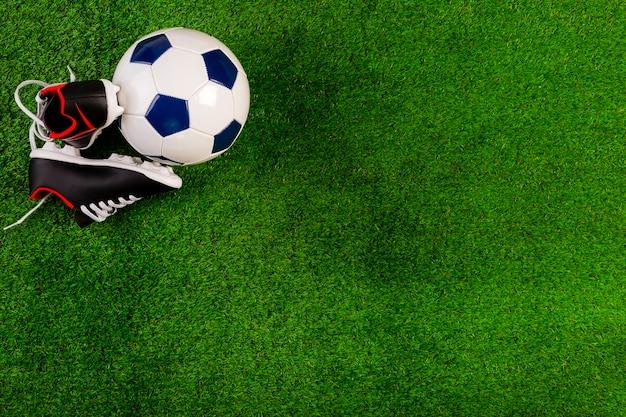 Composição de futebol com bola e copyspace Foto gratuita