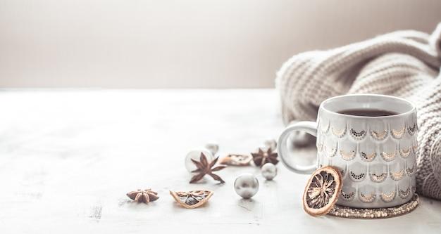 Composição de inverno aconchegante com uma xícara e blusa Foto gratuita