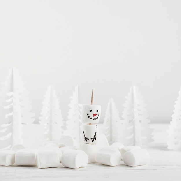 Composição de inverno do showman de marshmallow Foto gratuita