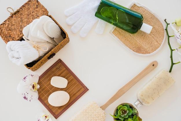 Composição de itens higiênicos no fundo branco Foto gratuita