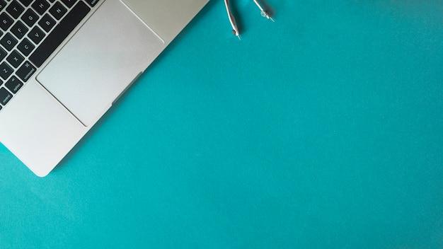 Composição de laptop e bússola para engenharia Foto gratuita