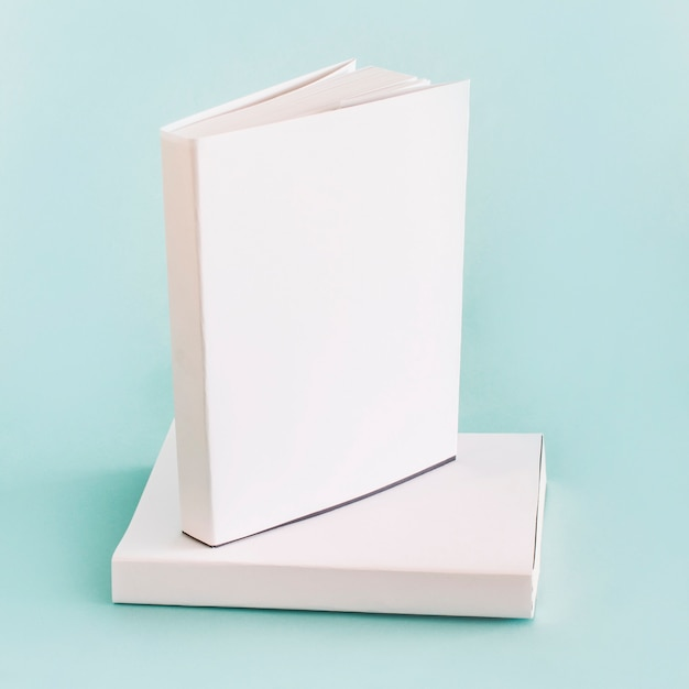 Composição de livros brancos Foto gratuita