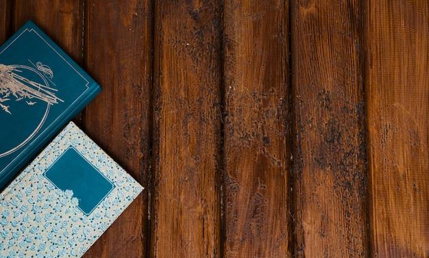 Composição de livros com fundo de madeira Foto gratuita