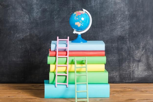 Composição de livros e globo Foto gratuita