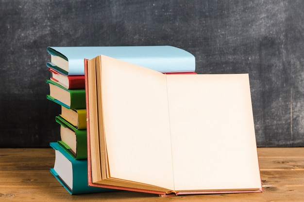 Composição de livros multicoloridos Foto Premium