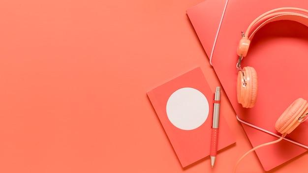 Composição de material escolar rosa e fones de ouvido Foto gratuita
