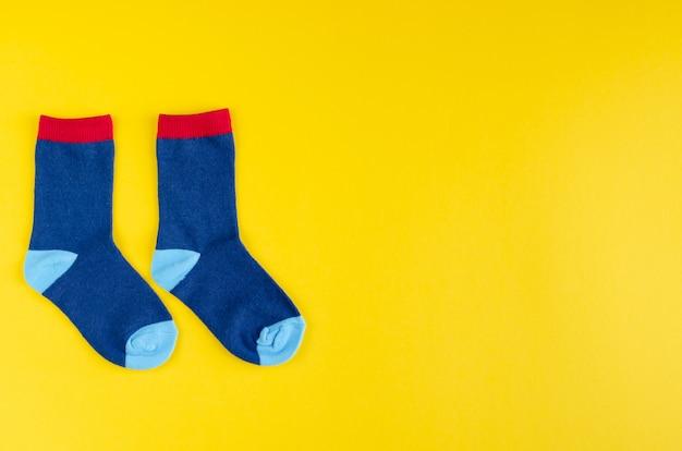 Composição de meias de crianças de algodão em fundo amarelo. Foto Premium