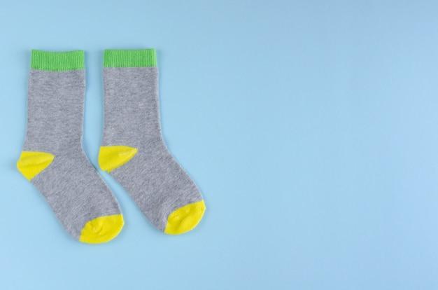 Composição de meias de crianças sobre fundo azul. postura plana. Foto Premium