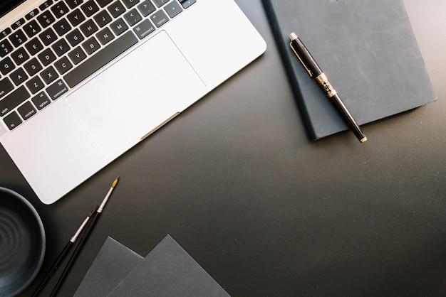 Composição de mesa de escritório moderno com dispositivo tecnológico Foto gratuita