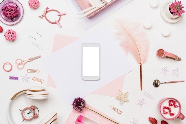 Composição de mesa plana com telefone, página de papel Foto Premium