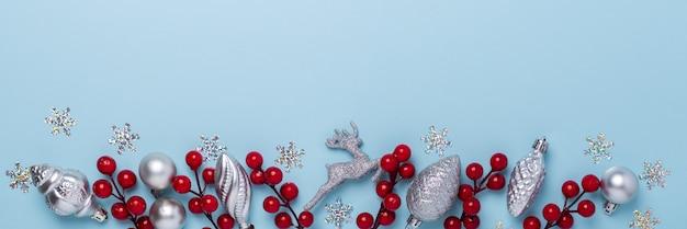 Composição de natal com presentes de prata e bagas de azevinho Foto Premium