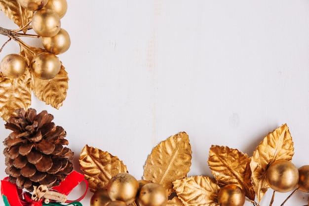 Composição de natal de bagas de ouro Foto gratuita