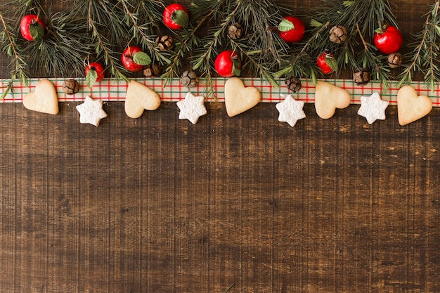 Composição de natal de biscoitos com galhos Foto gratuita