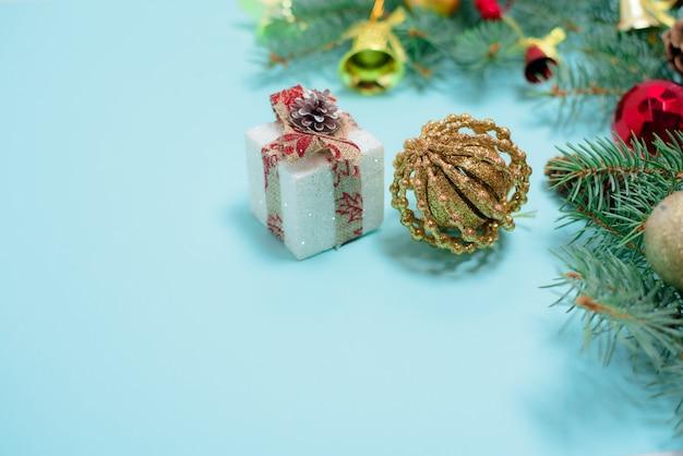 Composição de natal de brinquedos de natal, doces e ramos de abeto Foto Premium