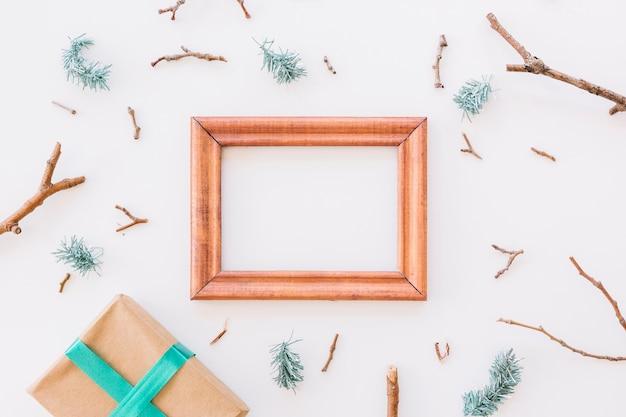 Composição de natal de moldura de madeira com caixa de presente Foto gratuita