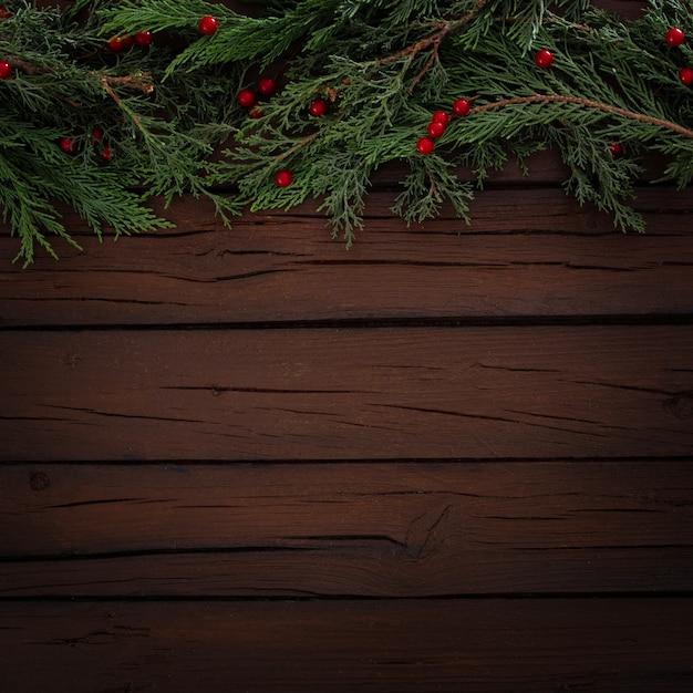 Composição de natal de pinheiros em um fundo de madeira com espaço de cópia Foto gratuita