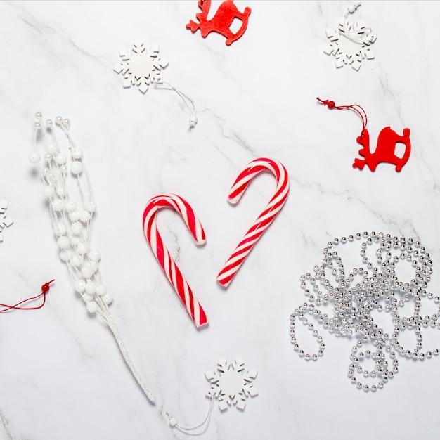 Composição de natal. decorações de natal, flocos de neve, veados e caramelo. Foto Premium