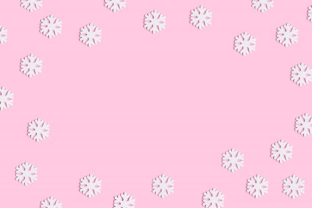Composição de natal ou inverno de flocos de neve em fundo rosa pastel. Foto Premium