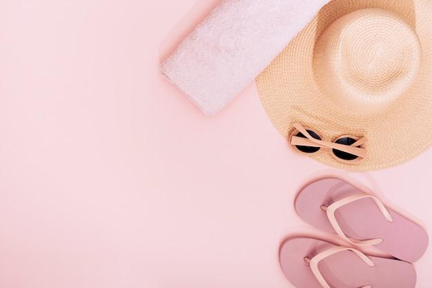 Composição de objetos de praia rosa Foto gratuita