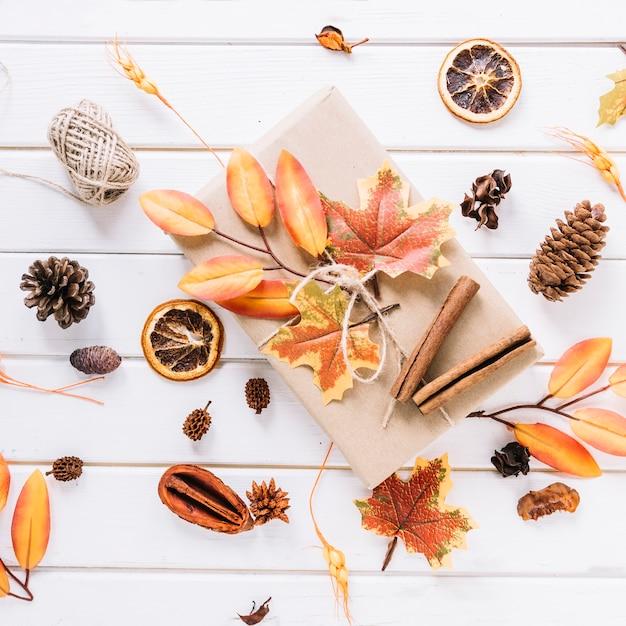 Composição de outono com presente no fundo branco Foto gratuita